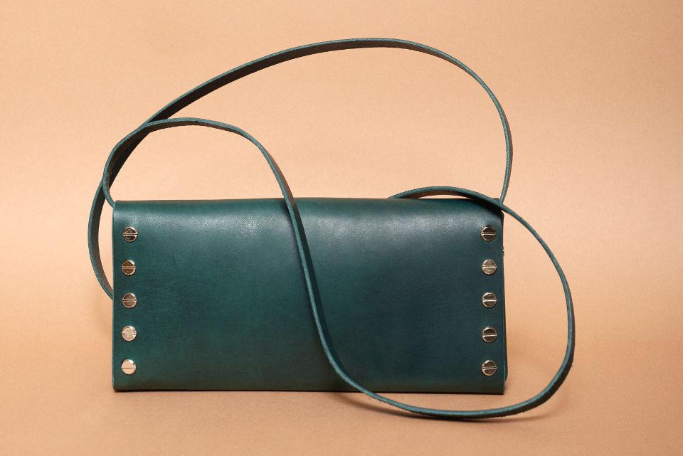 47281391ae5 Clutch tüüpi kott mahutab just kõige vajalikuma sellel tähtsal käigul-  kohvikus, teatris, õhtul väljas olles. Pikk rihm on kergesti eemaldatav, ...